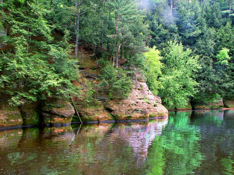 top places to hike in wisconsin, Rocky cliffs and vegetation in the Wisconsin Dells.