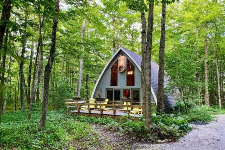 best door county cabin for families, Full view with beech wood cottage amidst greenery
